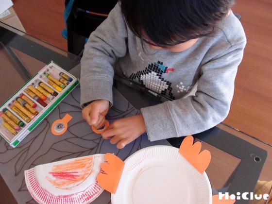 紙皿に色を塗っている写真