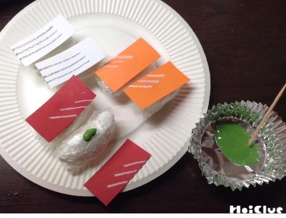 紙皿に画用紙で作ったお寿司をのせた写真