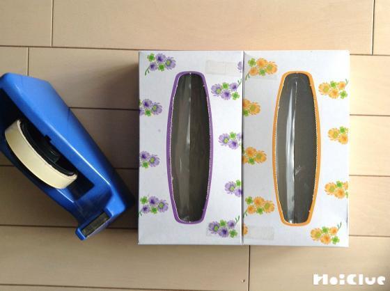 ティッシュ箱とセロハンテープの写真