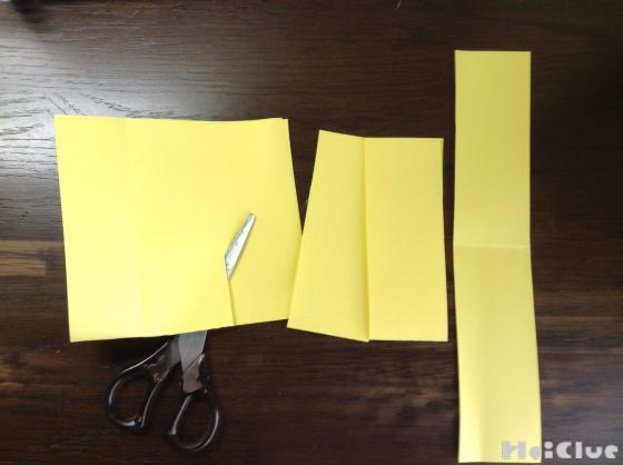 画用紙を細長く切っている写真