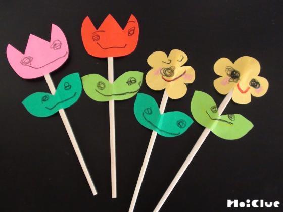 割り箸に花と葉を貼った写真