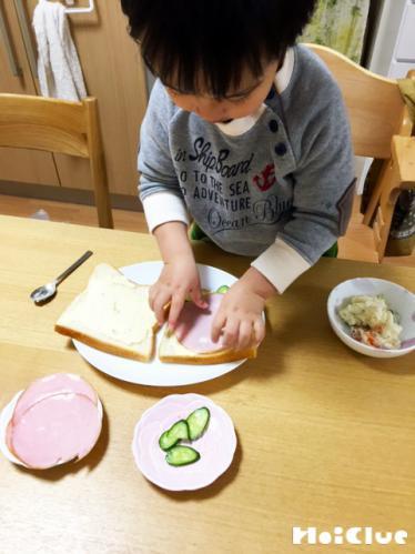 サンドイッチを作っている写真