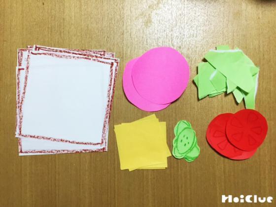 サンドイッチの材料を紙で作っている写真