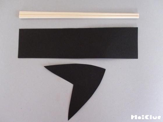 割り箸と長方形型・V字型に切った画用紙の写真