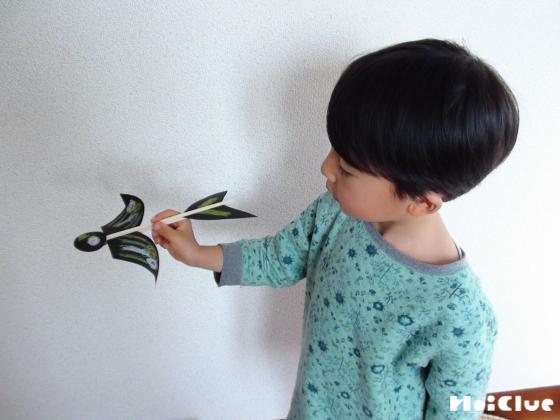 完成した回転鳥で遊ぶ子どもの様子