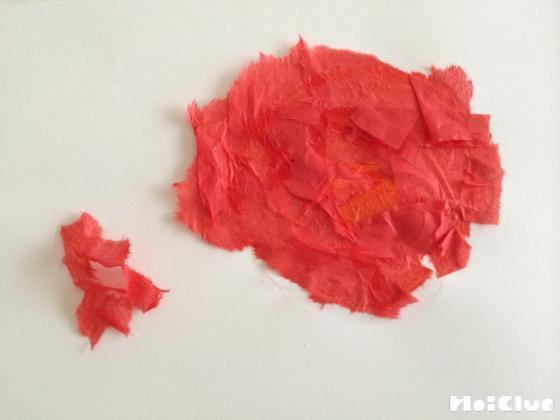 ちぎった赤い花紙をまとめた写真