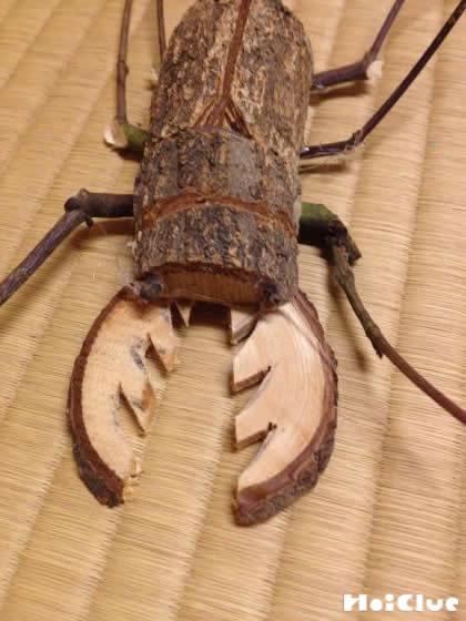 木を削りクワガタの胴体と角を作る様子