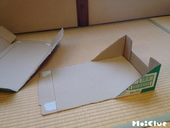 階段の高さに合わせ側面を斜めに切ったダンボール箱