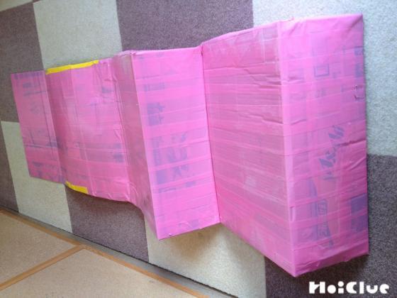 同じものを数個繋げカラーテープでぐるぐる巻に固定した階段