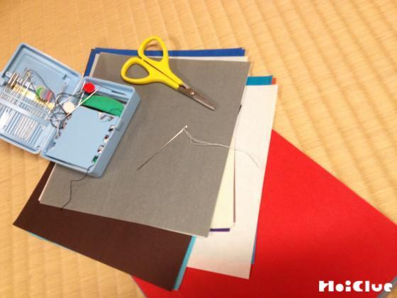 折り紙、ハサミ、ソーイングセットの写真