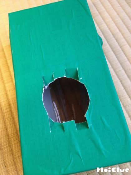 ティッシュ箱の底面を丸く切り抜き上下に切り込みを入れた写真