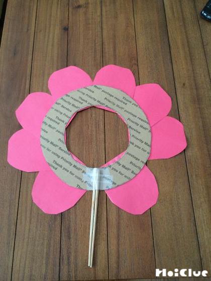 切り抜いた画用紙を花の形に貼り付けた写真
