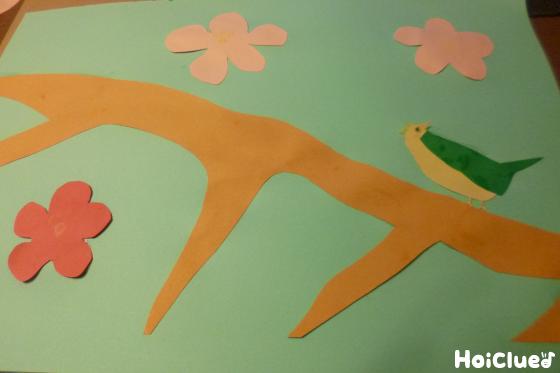 色画用紙に鳥と花を貼り付けた写真