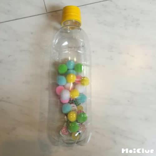 ペットボトルの中にボタンやボールを入れた写真
