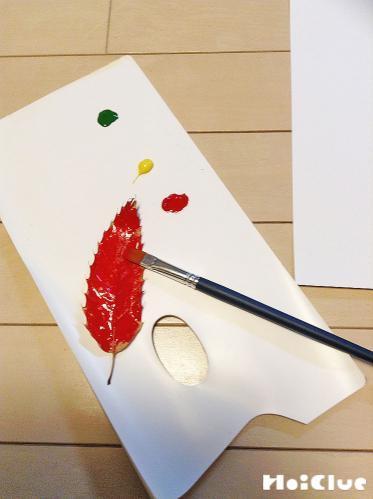 葉っぱに色を塗っている写真
