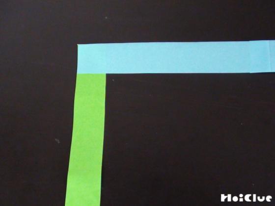 紙テープを直角に合わせている写真