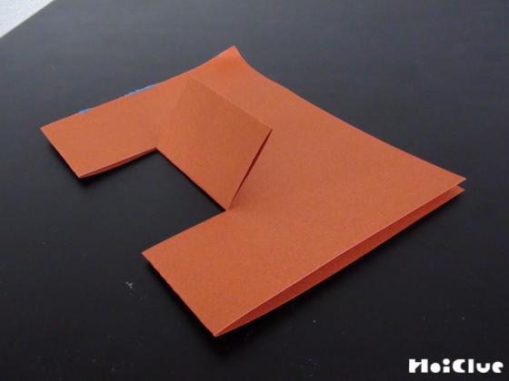 画用紙に入れた切り込み部分を折り上げた様子