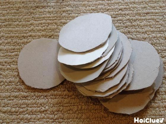 円形に切った厚紙の写真