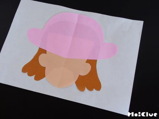 紙に折り紙で顔と帽子を乗せた写真
