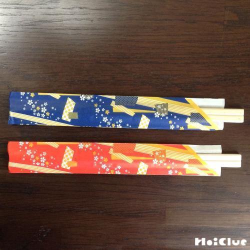 赤と青の袋に入った割り箸の写真