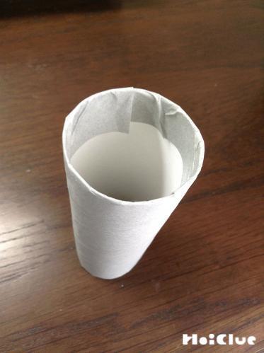 折り紙を貼り付けたトイレットペーパーの芯の写真