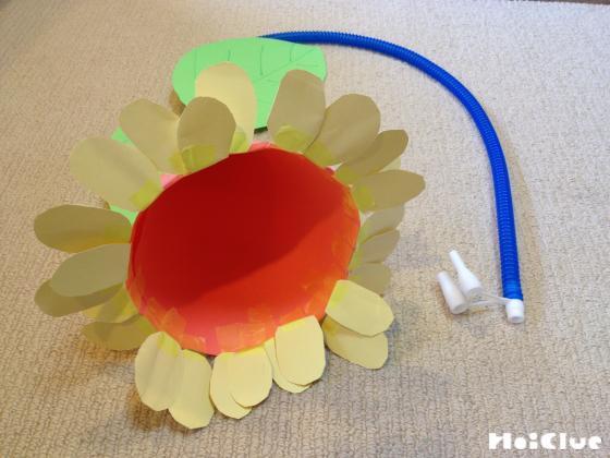 円錐の底部に花びらを貼った写真