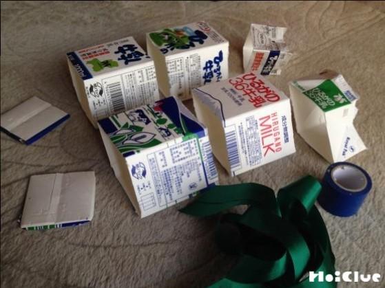 牛乳パックを四角く切り取った写真