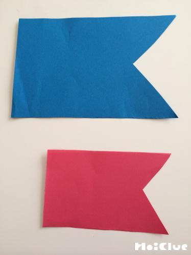 画用紙でこうのぼりの形を切り取った写真