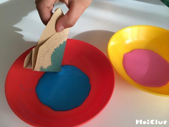 コーヒーフィルターに色を染み込ませている写真