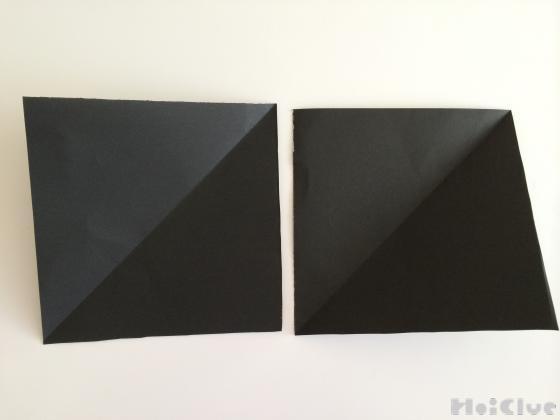 折り紙に折り目をつけている写真