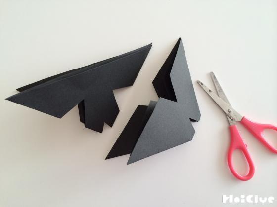 折り紙に切り込みを入れている写真