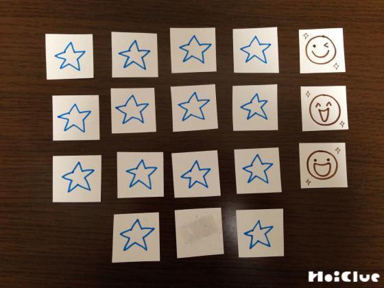 四角い紙に星の絵を描いた紙をたくさん作った写真