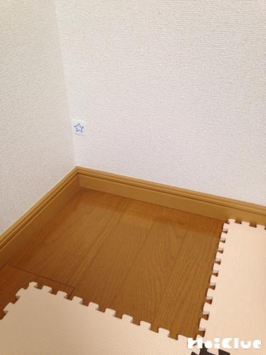 部屋の角に星を描いたカードを貼り付けた写真