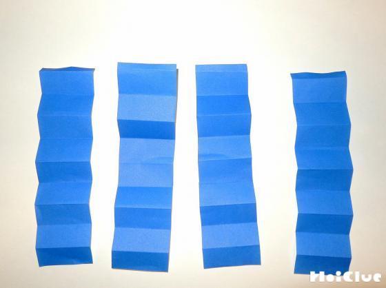蛇腹折りの形がついた折り紙の写真