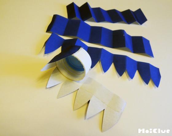折り紙を輪っかにぐるりと貼り付けている写真