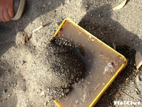 どんどん砂を入れている写真