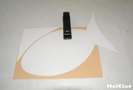 画用紙を魚の形に切り取った写真