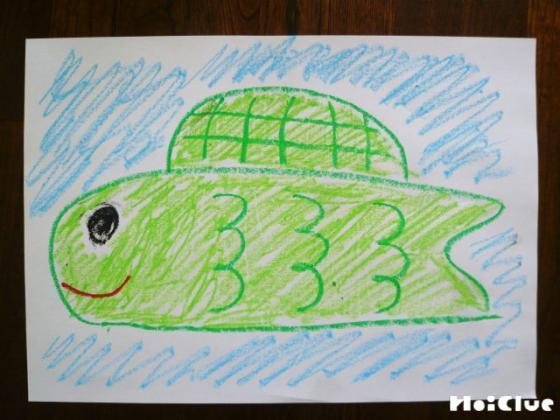 画用紙にいろいろなこいのぼりを描いている写真