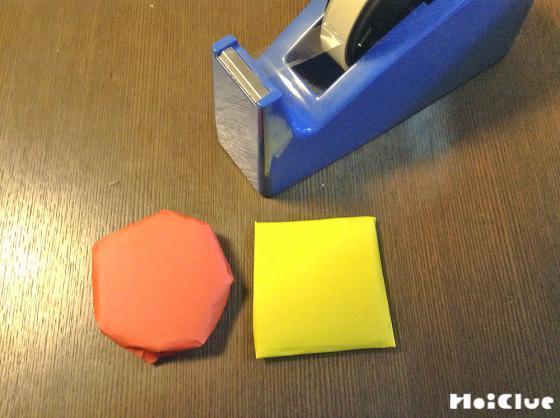 切り取ったダンボールを折り紙で包んでいる写真