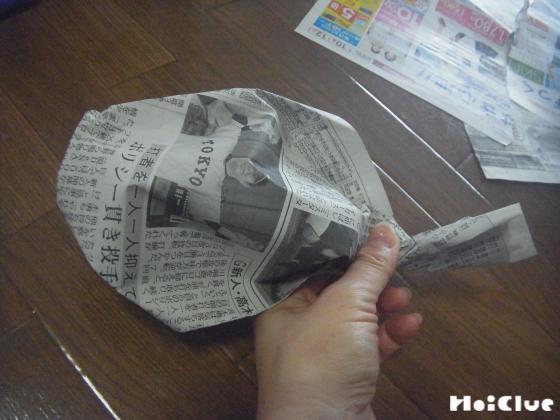 ちぎった新聞紙を半分捻った写真