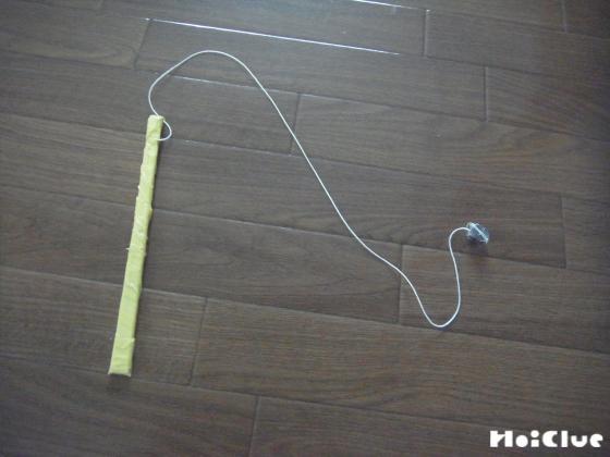 割り箸とビニールテープで釣竿を作った写真