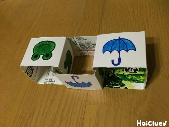 それぞれを四角くなるようテープで止め、鎖状につなぎ合わせた写真