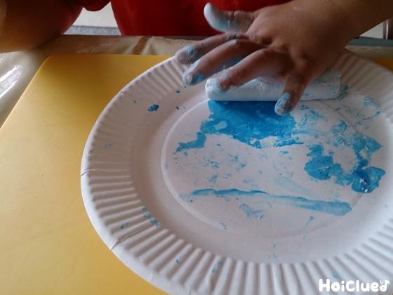 紙粘土に色付けしている写真