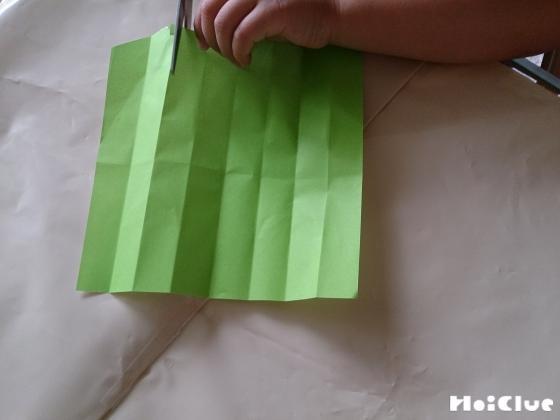縦に8等分の折り目をつけた折り紙の写真