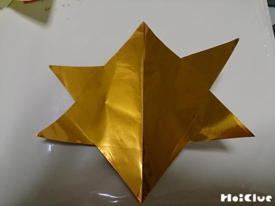 星型に切り抜いた金色の折り紙の写真