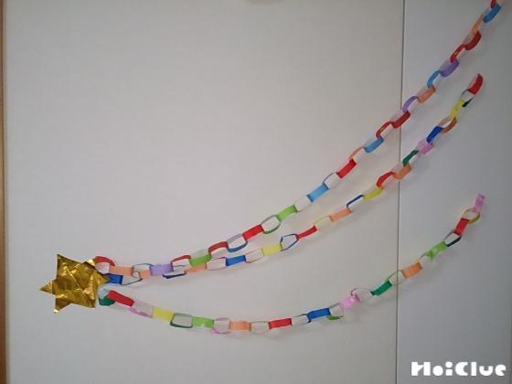 壁に流れ星のように折り紙を貼った様子