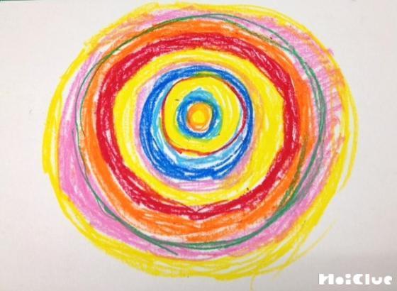 画用紙に色んな色の輪を描いた様子