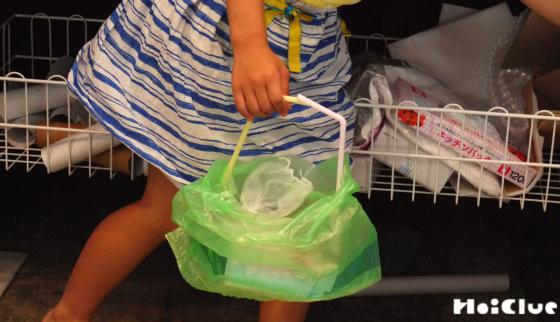 完成したバッグを手に持つ子どもの様子