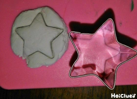 紙粘土を星型に型抜きした写真