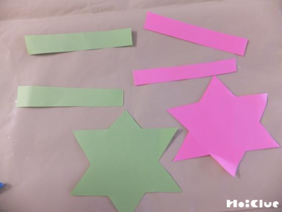星型と帯状に切った画用紙の写真